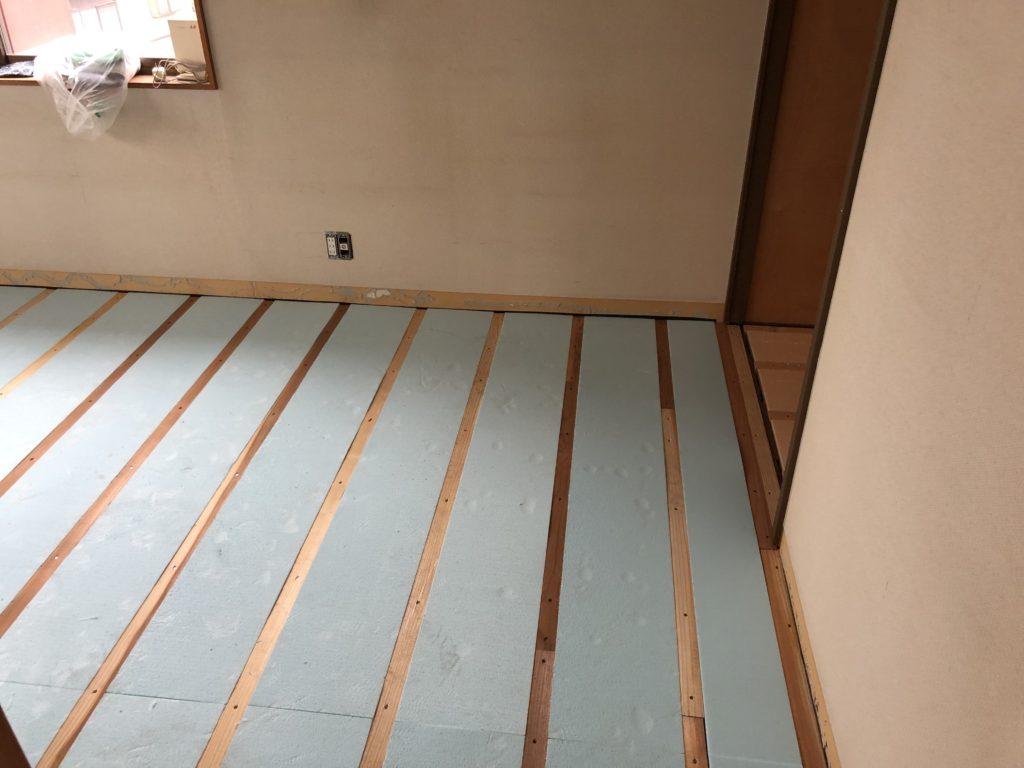 3cm厚の敷居を利用して1.5cm断熱材を敷きました